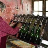 Mise en bouteilles du Poiré Domfront manuelle - Crédit photo : Gérard Houdou